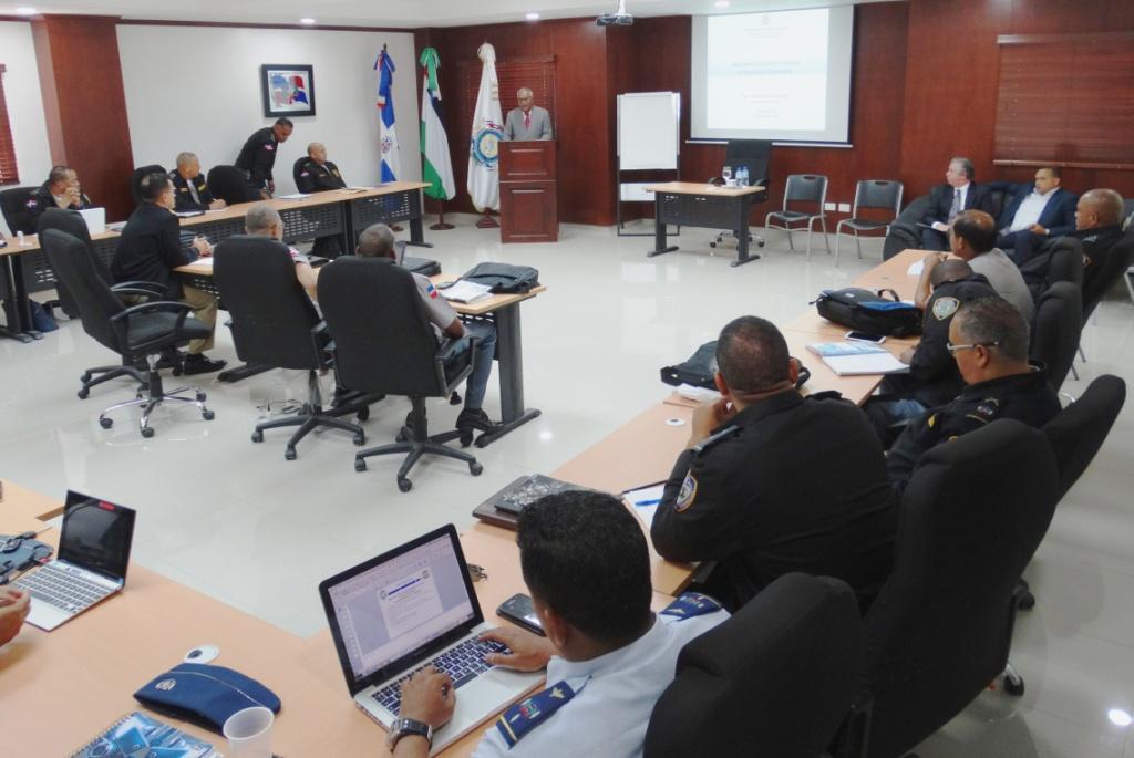 Ernesto Reyna Alcántara, mientras diserta ante altos oficiales de la Policía Nacional y las Fuerzas Armadas en el Instituto Policial de Educación.