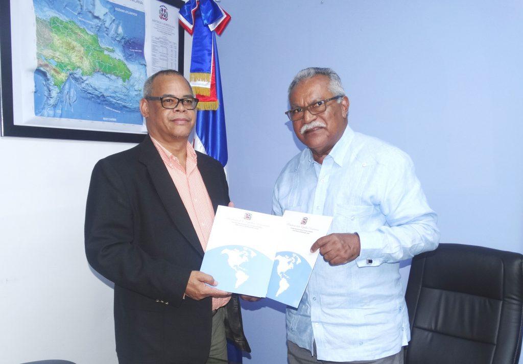 Ernesto Reyna Alcántara, vicepresidente ejecutivo del CNCCMDL, y el reverendo Fidel Lorenzo Merán, durante la firma del convenio