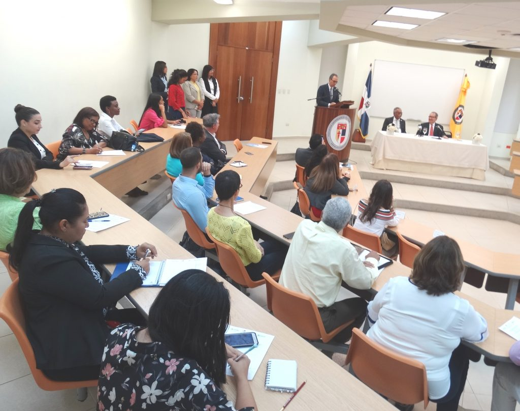 2.A la apertura asistieron representantes de las instituciones organizadoras, docentes y estudiantes.