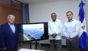 Günter Eberz, director del proyecto ZACK; Ernesto Reyna Alcántara, vicepresidente ejecutivo del CNCCMDL, y Eduardo Lora Yunén, presidente de LatAm Bioenergy Dominicana, durante la entrega del proyecto fotovoltaico.