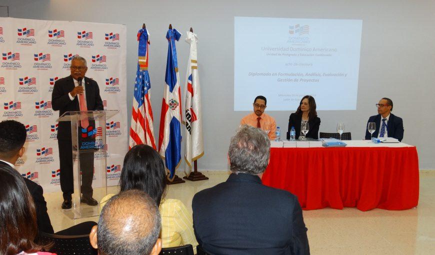 Ernesto Reyna Alcántara, vicepresidente ejecutivo del CNCCMDL, interviene en la ceremonia de cierre del diplomado.